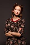 Stående av flickan i retro stil med röda pärlor. Royaltyfri Fotografi