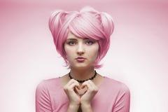 Stående av flickan i rosa peruk Royaltyfri Foto