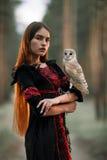 Stående av flickan i skog med ugglan i hand Närbild royaltyfri bild