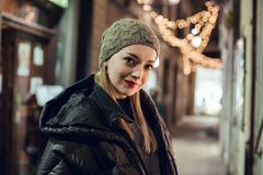 Stående av flickan i vinter royaltyfria bilder