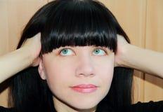 Stående av flickan med ögonkastet uppåt Royaltyfri Bild