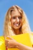 Stående av flickan med boken Arkivbild