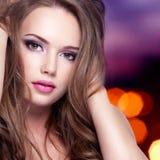 Stående av flickan med den nätta framsidan med långa hår Arkivbild