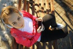 Stående av flickan med hörlurar royaltyfri fotografi