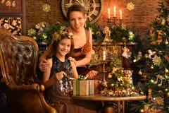 Stående av flickan med hennes moder med gåvan royaltyfri fotografi