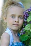 Stående av flickan med lilor Arkivfoton
