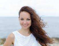Stående av flickan med lockigt hår och mellanrum mellan tänder royaltyfri fotografi
