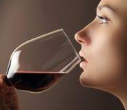 Stående av flickan med rött vin Royaltyfri Fotografi