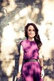 Stående av flickan med skugga från ljusa strålar för sol Royaltyfri Fotografi