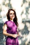 Stående av flickan med skugga från ljusa strålar för sol Arkivfoto