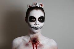 Stående av flickan med sminket för halloween grå bakgrund som isoleras ovanlig kroppkonst Arkivfoton