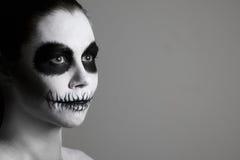 Stående av flickan med sminket för halloween grå bakgrund som isoleras ovanlig kroppkonst svart white Royaltyfria Foton