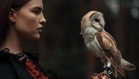 Stående av flickan med ugglan i hand Närbild royaltyfria foton