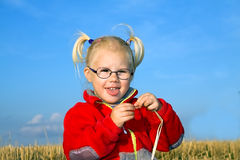 Stående av flickan på fältet Royaltyfri Bild
