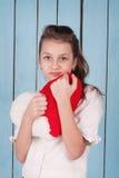 Stående av flickan som rymma hjärtan formade den flotta kudden Fotografering för Bildbyråer