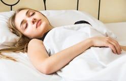 Stående av flickan som sover i säng Arkivbild