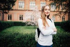 Stående av flickauniversitetsstudenten utomhus på universitetsområde arkivbild