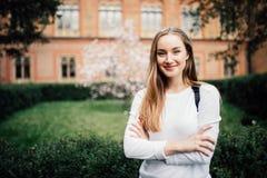 Stående av flickauniversitetsstudenten utomhus på universitetsområde royaltyfri bild