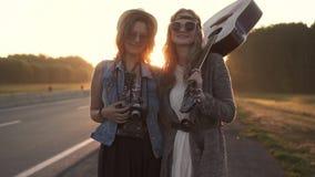 Stående av flickor för en hipster som beklär hippie unga kvinnor ler och poserar för kameran på gryning långsam rörelse stock video