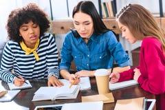 stående av fokuserat blandras- göra för studenter royaltyfri bild