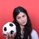 Stående av fotboll och att se för kvinna hållande den med hat a royaltyfria foton
