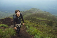 Stående av fotvandraremannen som poserar på berget, frihetsbegrepp A royaltyfria bilder
