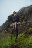 Stående av fotvandraremannen som poserar på berget, frihetsbegrepp A arkivfoton