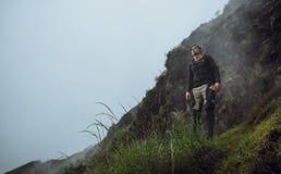 Stående av fotvandraremannen som poserar på berget, frihetsbegrepp A royaltyfri bild
