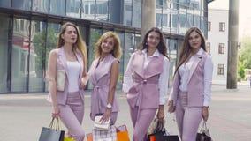 Stående av fyra affärskvinnor utomhus lager videofilmer