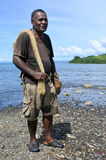 Stående av gående fiska för infödd Fijianfiskare i Fiji arkivbilder