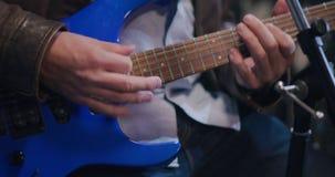 Stående av gitarristen som spelar känslomässigt det instrument- avbrottet stock video