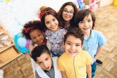 Stående av glade barn i feriehattar på födelsedagpartiet lycklig deltagare för födelsedag arkivbild
