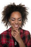 Stående av gladlynt nätt ungt skratta för afrikansk amerikankvinna arkivbilder
