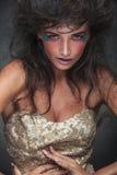 Stående av glamoröst posera för modekvinna Arkivfoto