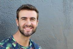 Stående av godan som ser som ler den skäggiga mannen med perfekta vita tänder Ung härlig Caucasian manlig modell med sunt leende Royaltyfri Fotografi