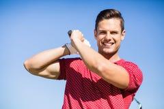 Stående av golfaremannen som tar skottet Royaltyfri Bild