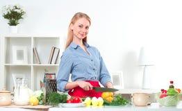 Stående av grönsaker för en kvinnamatlagning royaltyfri bild