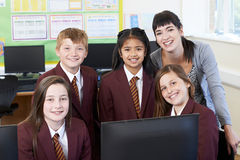 Stående av grundskolaelever med läraren In Computer Cl fotografering för bildbyråer