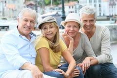 Stående av gruppen av pensionerade vänner på en tur arkivbild
