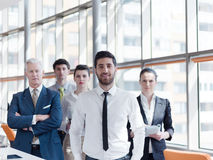 Stående av gruppen för affärsfolk på det moderna kontoret Arkivfoto