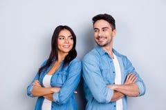 Stående av gulliga latinamerikanska par för caucasion - man med det borstet Arkivfoto