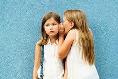 Stående av gulliga små flickor royaltyfri bild