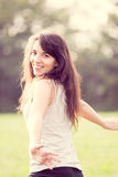 Stående av härlig flickaspring i ängen Arkivfoto