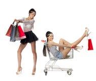 Stående av härliga unga kvinnor för en brunett som poserar med shopping Royaltyfri Bild