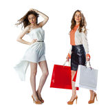 Stående av härliga unga kvinnor för en brunett som poserar med shopping Royaltyfri Fotografi