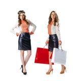 Stående av härliga unga kvinnor för en brunett som poserar med shopping Arkivbilder