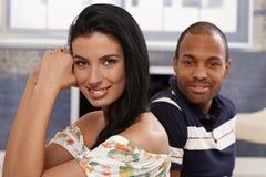 Stående av härligt le för par för blandat lopp royaltyfri fotografi