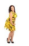 Stående av härligt plus den unga brunettkvinnan för format som poserar på vit bakgrund royaltyfri fotografi