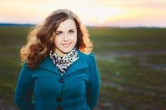 Stående av härligt plus ung kvinna för format in Arkivfoton