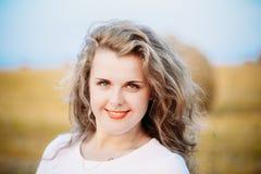 Stående av härligt plus ung kvinna för format in royaltyfri fotografi